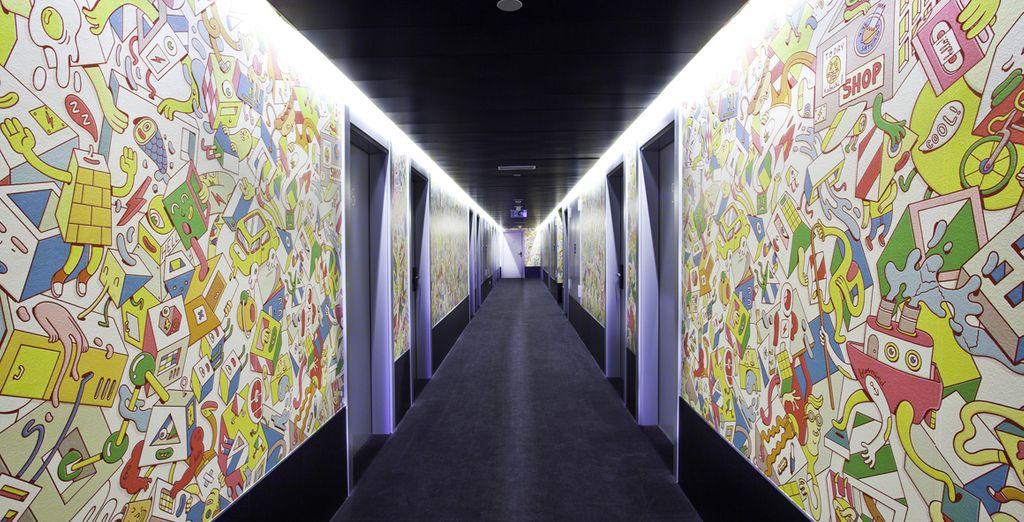 Après avoir longé les couloirs de l'hôtel, vêtus d'immenses fresques...
