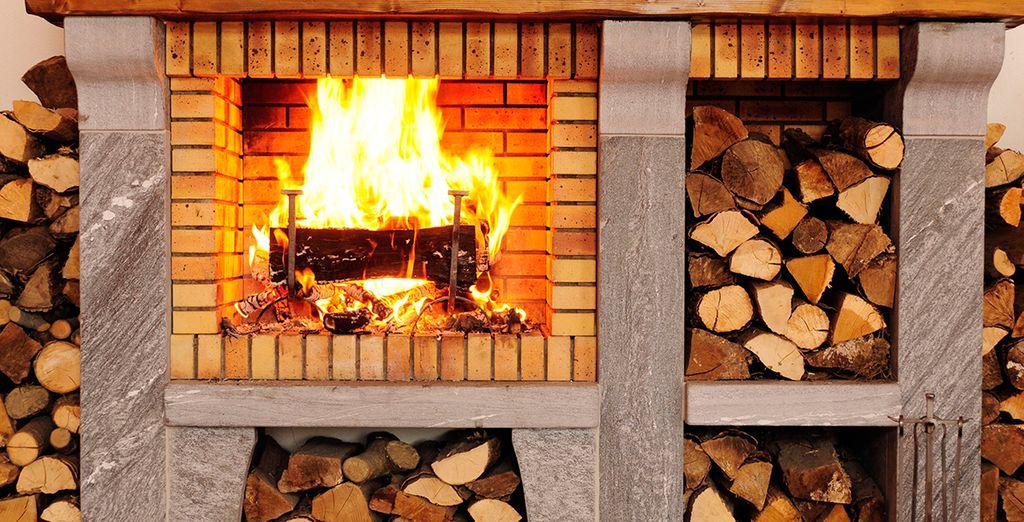 Réchauffez-vous au coin de la cheminée, dans le salon de la résidence