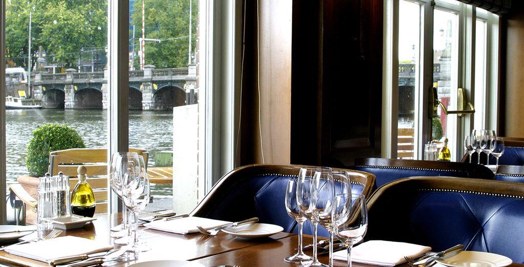 Rendez-vous dans la brasserie pour admirer la vue sur le fleuve