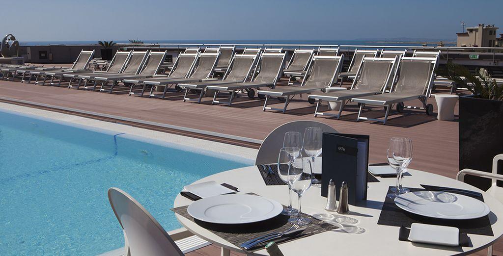 De mai à octobre, la piscine qui domine la terrasse vous tendra les bras