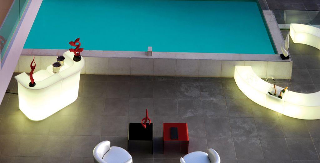 Ses bars au bord de la piscine