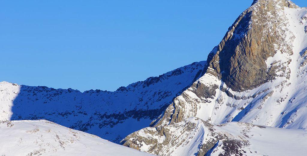 Observe le panorama du haut du Pic du Midi