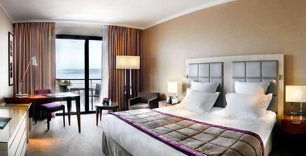 Luxe et confort seront au rendez-vous dans votre Chambre Deluxe avec balcon et vue sur le Lac Léman