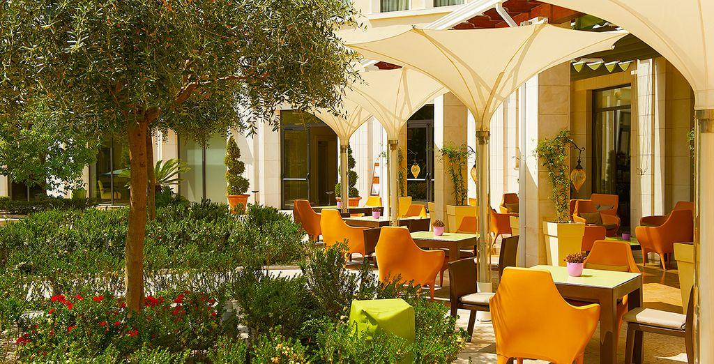 Profitez des beaux jours pour prendre votre petit-déjeuner sur la terrasse de l'hôtel...
