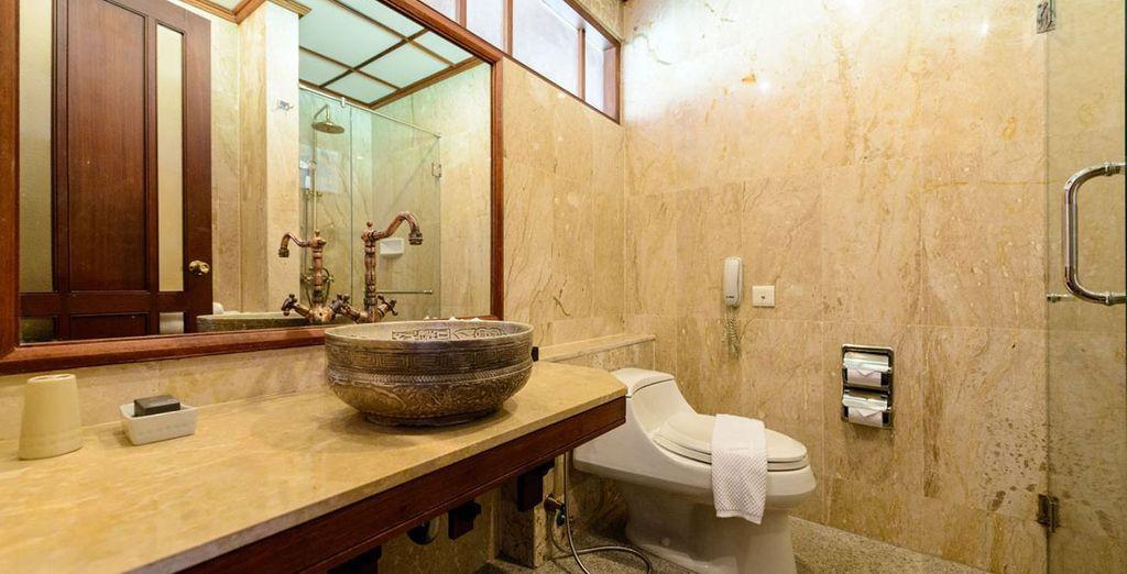 Avec sa salle de bain élégante
