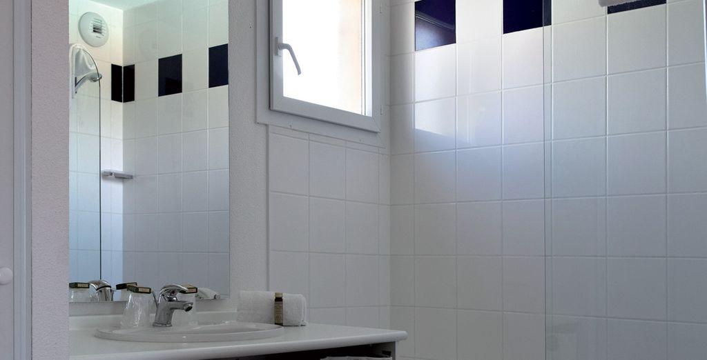 et votre salle de bain épurée et équipée