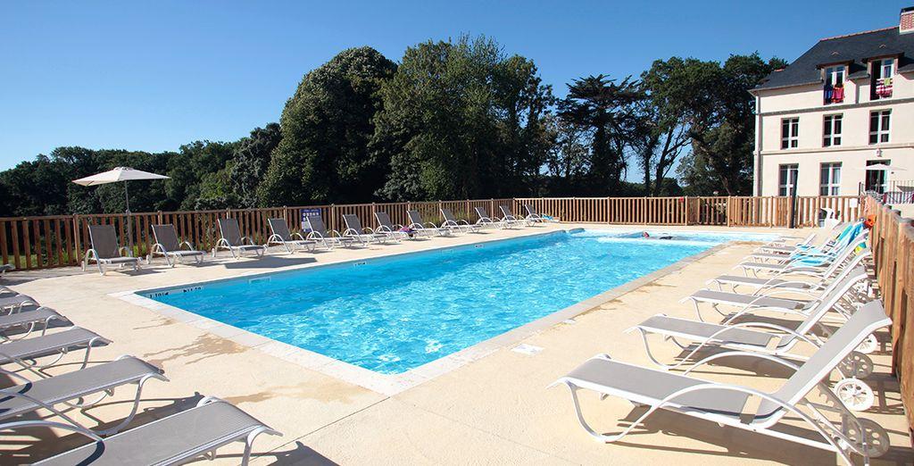 Prélassez-vous au bord d'une superbe piscine