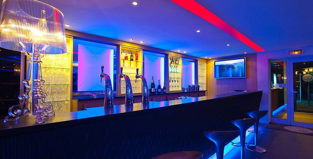 Une fois détendu, profitez de l'atmosphère contemporaine et tendance au bar de l'hôtel