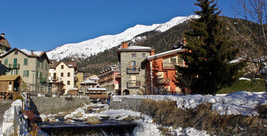 Fotografia del paese e delle montagne di Ponte di Legno