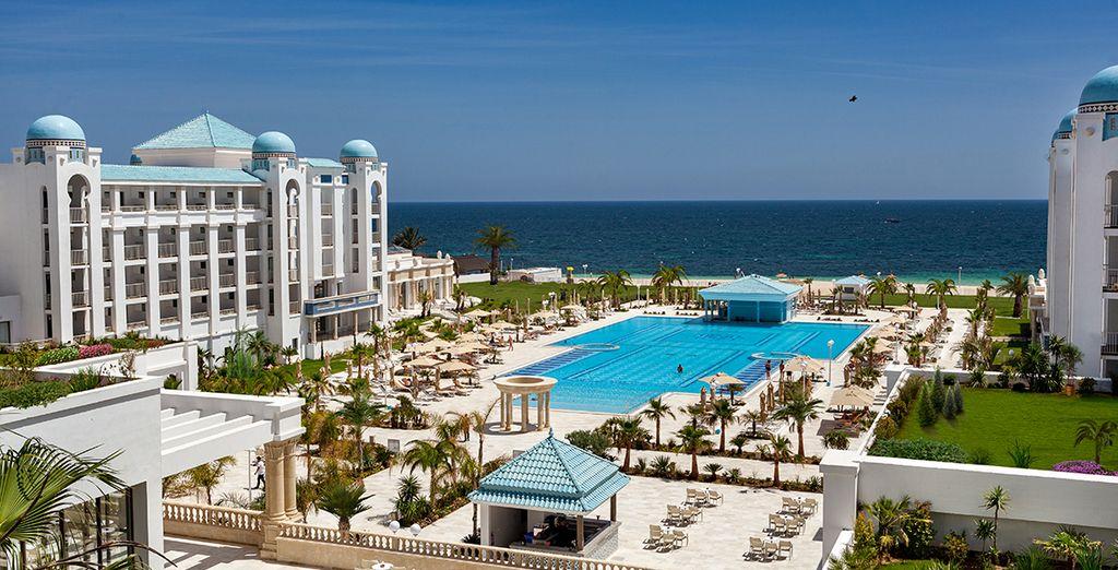 La piscine extérieure et la plage des possibilités d'évasion infinies