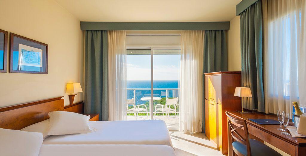 Vous séjournerez en chambre Standard ou Vue Mer avec terrasse à partir de septembre