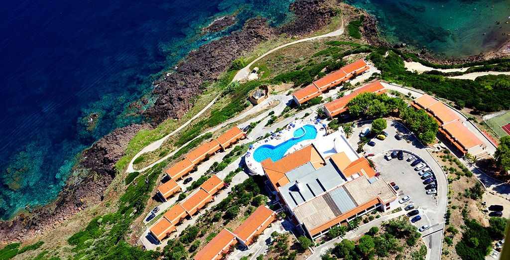 Surplombant la magnifique baie de Cala Ostina