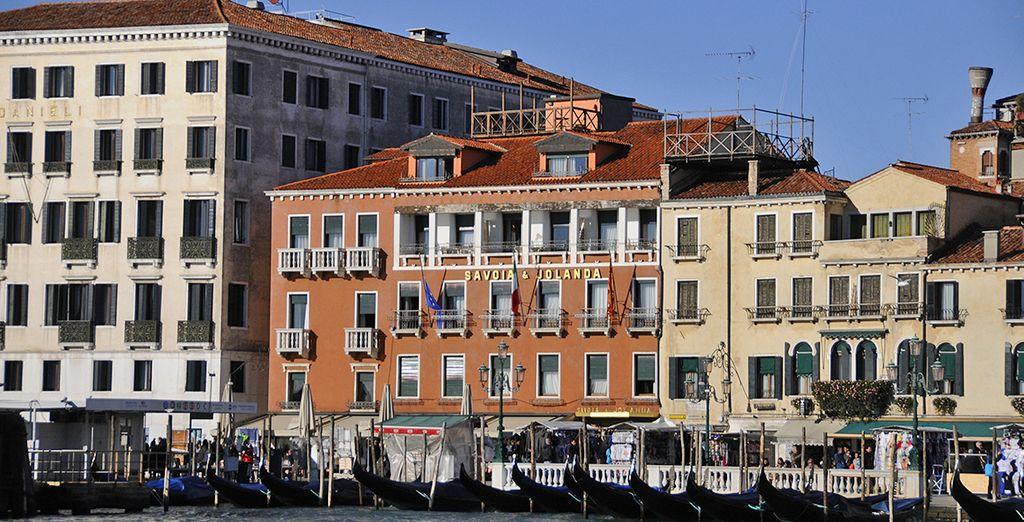 Vous prendrez vos quartiers à l'hôtel Savoia & Jolanda 4*