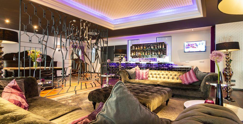 Le soir venu, installez vous confortablement au bar de l'hôtel...