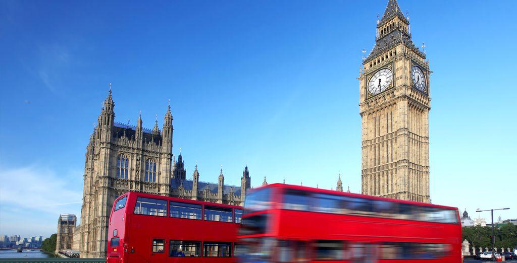 Montez à bord d'un bus rouge pour rejoindre le cœur de la ville