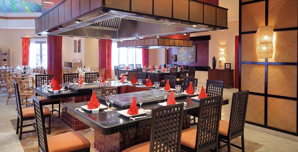 Dans les nombreux bars et restaurants du complexe