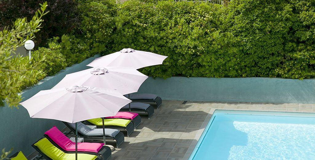 Allongez-vous confortablement au bord de la piscine pour une pause détente