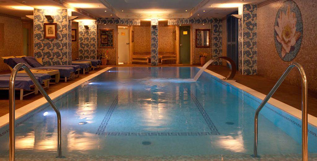 De retour à l'hôtel, délassez-vous dans la piscine intérieure