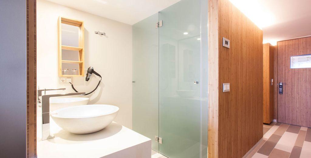 Avec une salle de bain parfaitement équipée