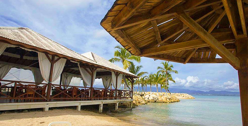 Savourez les spécialités locales en terrasse, face à la mer