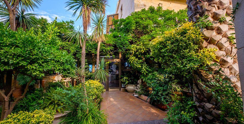 Au milieu d'une végétation luxuriante