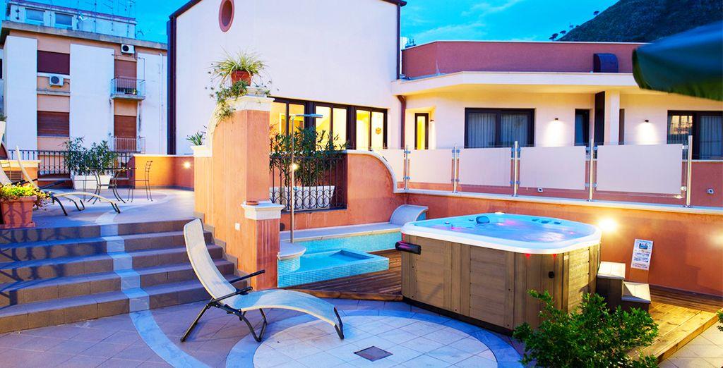 Profitez du solarium et du bain à remous en plein air