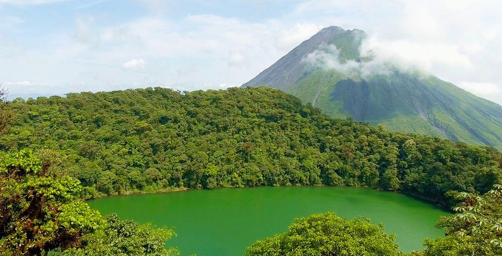 Tout petit devant le volcan Arenal