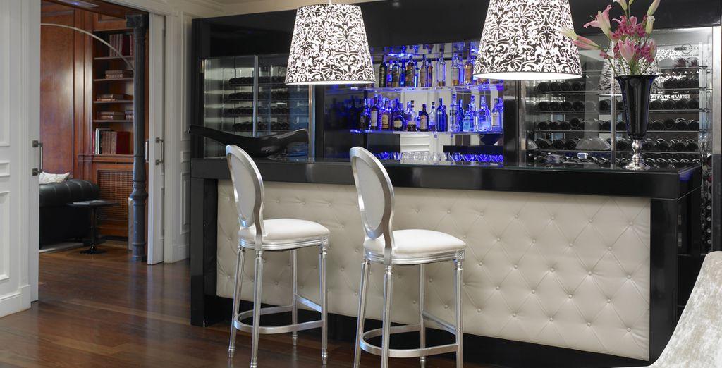 Faites une halte au bar pour boire un verre...