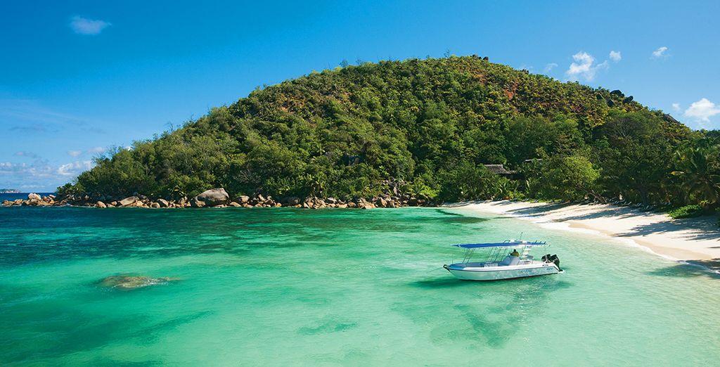 Sur la plage de l'hôtel et ses eaux turquoise