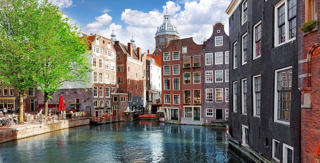 Photographie de la capitale Européenne, Amsterdam, ses petites rues et ses monuments historiques majestueux