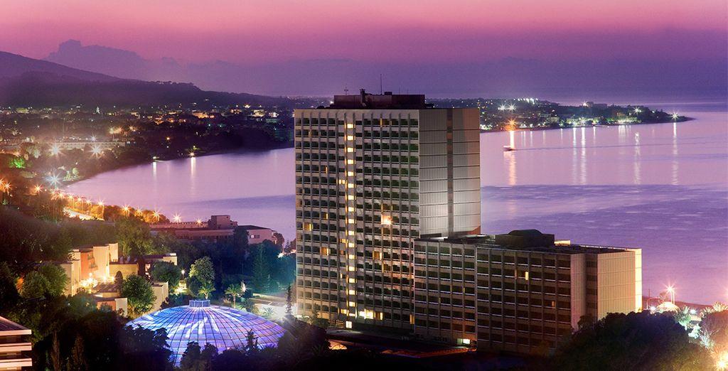 L'hôtel se dresse face à la mer...