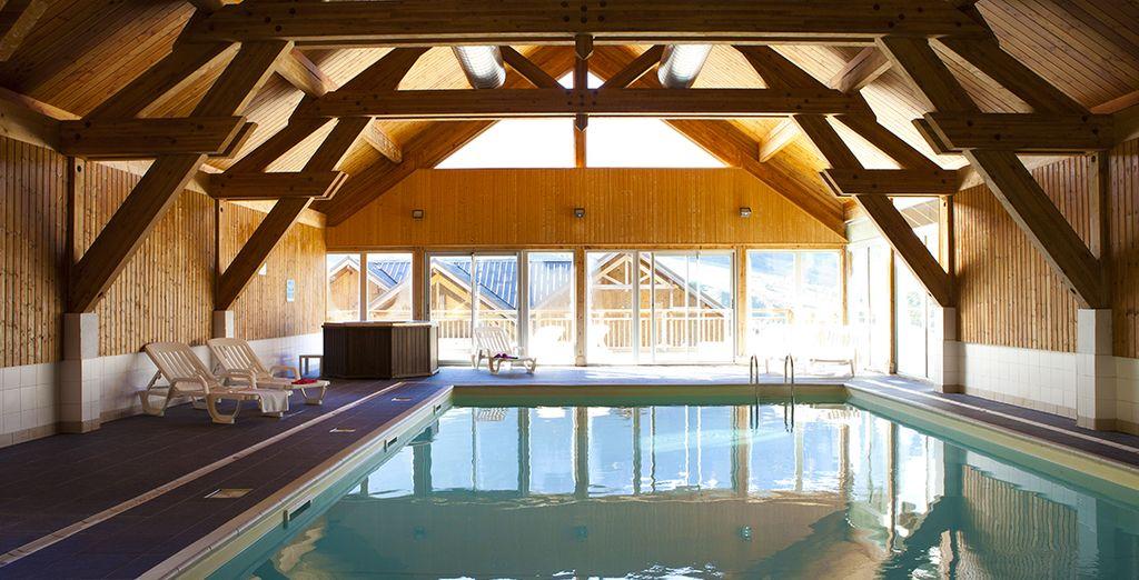 Et plongez dans les eaux chaudes de la piscine intérieure