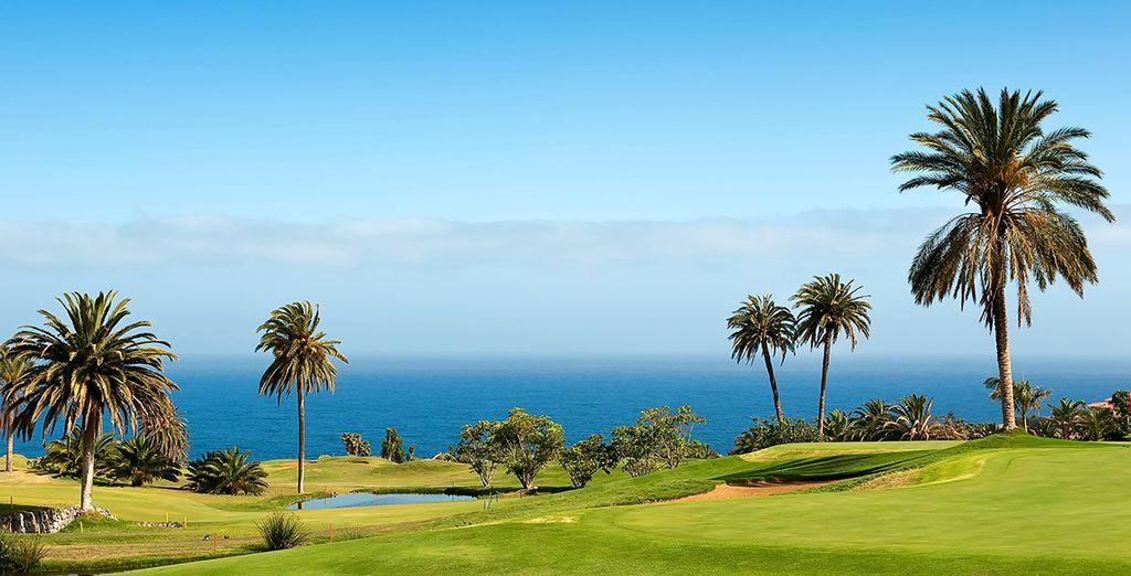 Améliorez votre swing au golf qui entoure l'hôtel