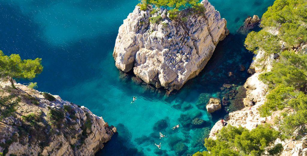 Photographie des calanques de Marseille, côtes rocheuses et eaux turquoise