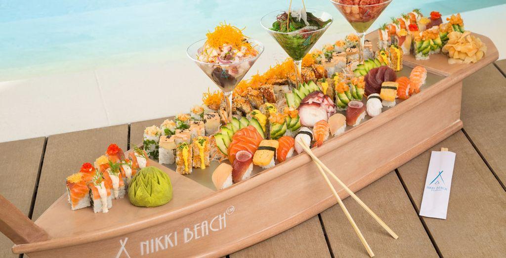 Sushis et dégustations dans le restaurant de l'hôtel haut de gamme de Dubaï