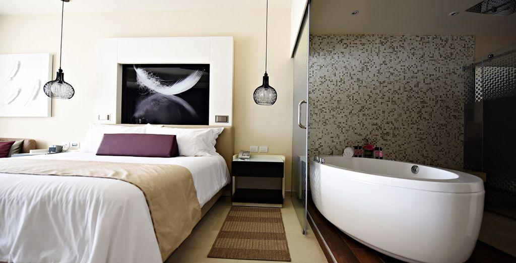 Hôtel de luxe avec chambre lit double et vue sur des plages paradisiaques