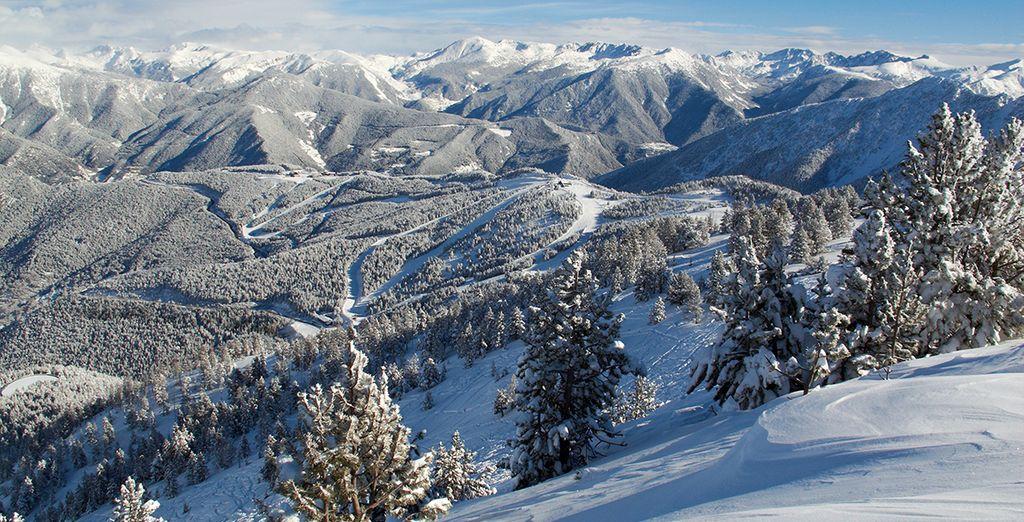 Photographie des montagnes enneigées au cœur des Pyrénées