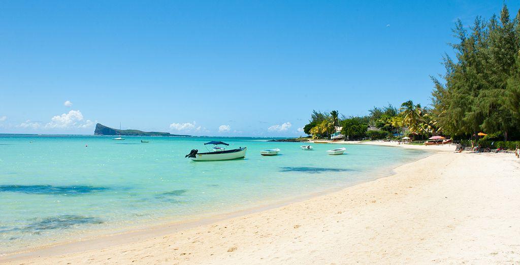 Plage de sable blanc et eaux cristallines de Maurice