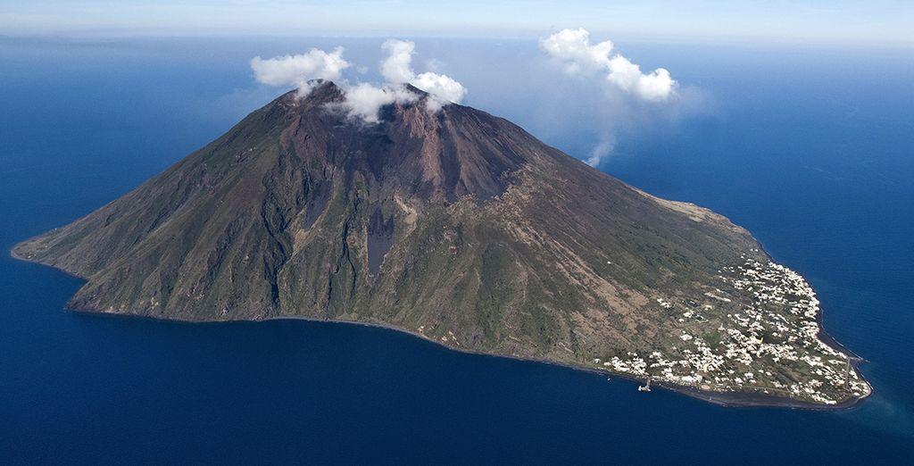 Photographie des îles Éoliennes ainsi que de son volcans Stromboli