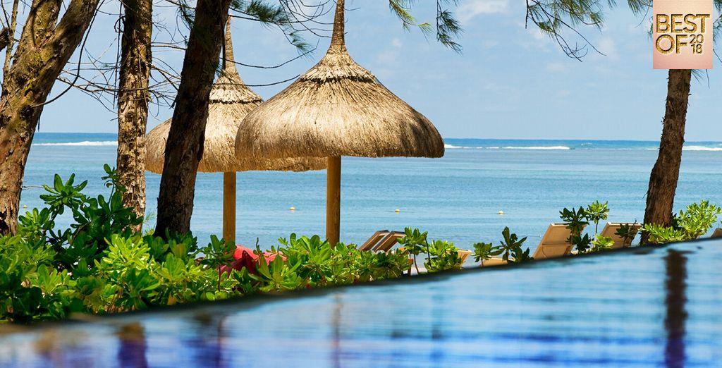 Hôtel de luxe 5 étoiles à l'île Maurice, comportant piscine et espace détente donnant vue sur l'océan Indien
