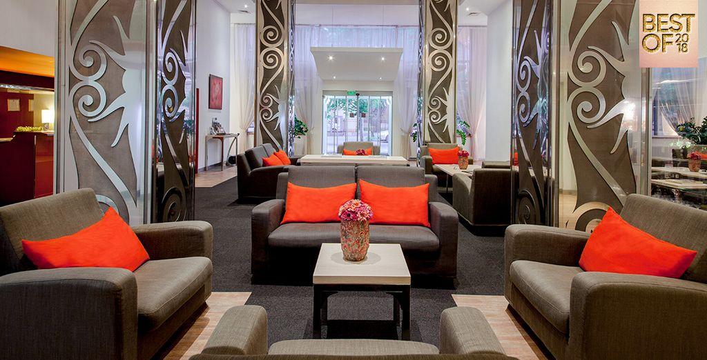 Hôtel Mamaison Andrassy 4* et espace détente avec canapé et table basse