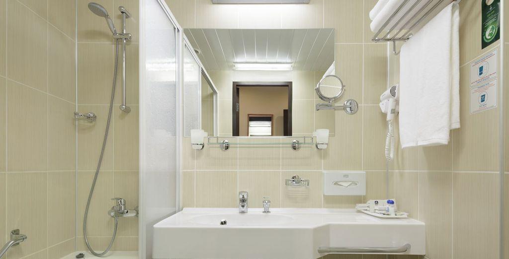 La salle de bain lumineuse vous accueillera pour des moments de détente