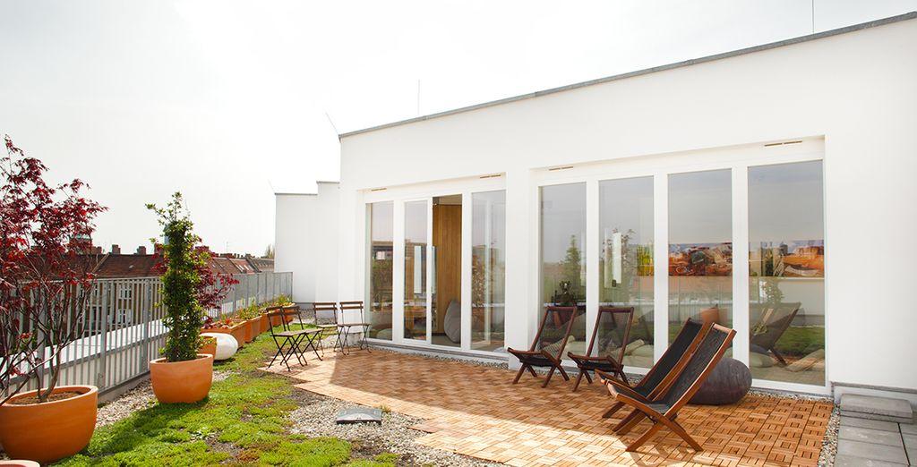 Prenez un bain de soleil sur le toit terrasse de l'hôtel...