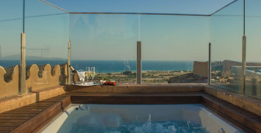 Sur le toit-terrasse, un bain à remous n'attend que vous !