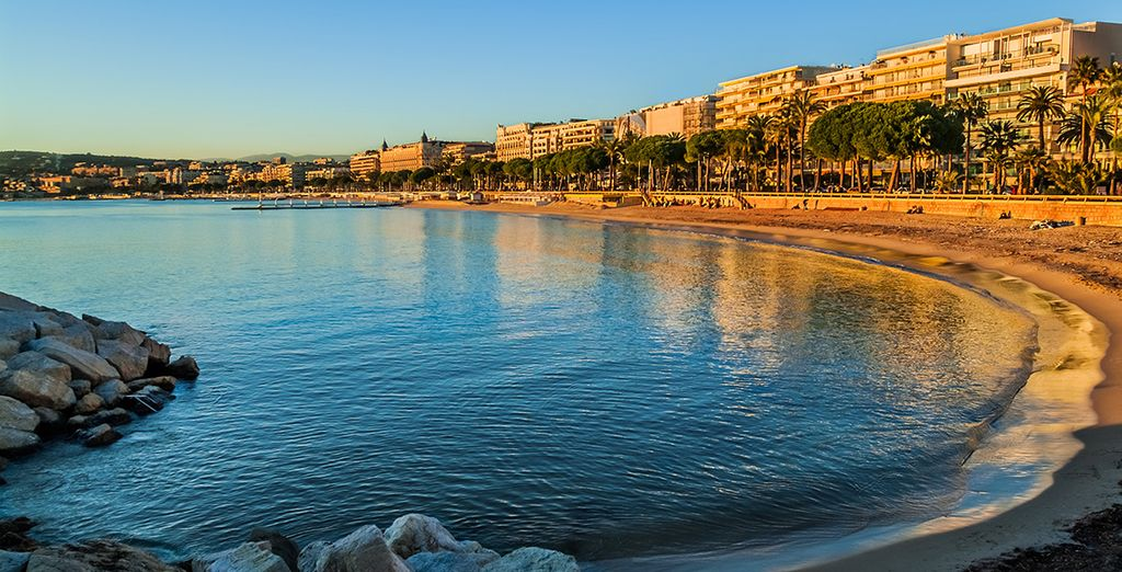 Vous pourrez prendre le temps de flâner face à la plage de Cannes