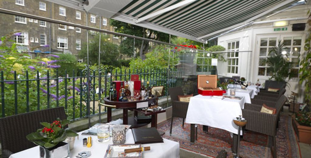 La terrasse ouverte sur les jardins