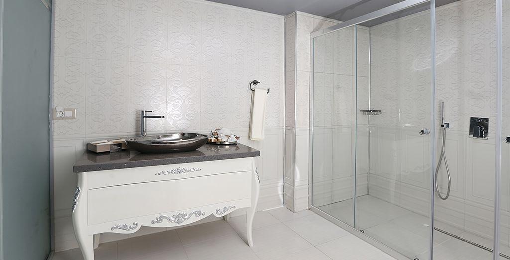 Avec sa salle de bain tout équipée
