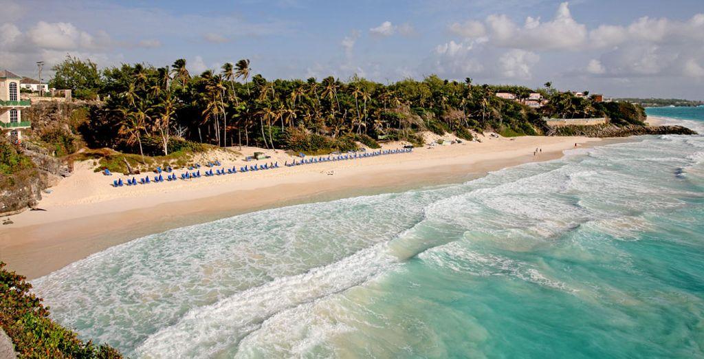 Surplombant une plage de sable blanc...