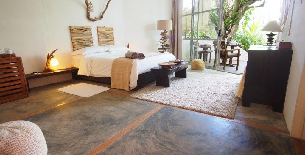 La chambre Deluxe Jardin avec vue offre une douce décoration propice au calme