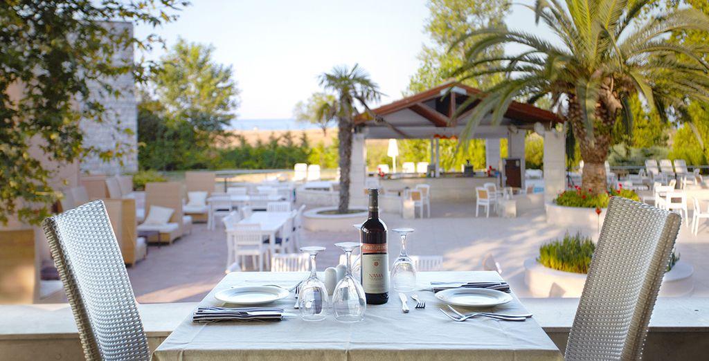 Déjeunez en terrasse au restaurant en formule tout inclus...